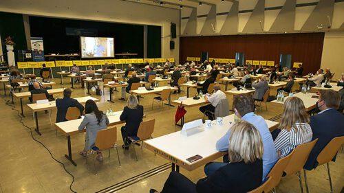 Aufmerksam verfolgten die Ratsmitglieder und Gäste bei der Sitzung in der Wiehltalhalle die Glückwunschvideos der politischen Prominenz.