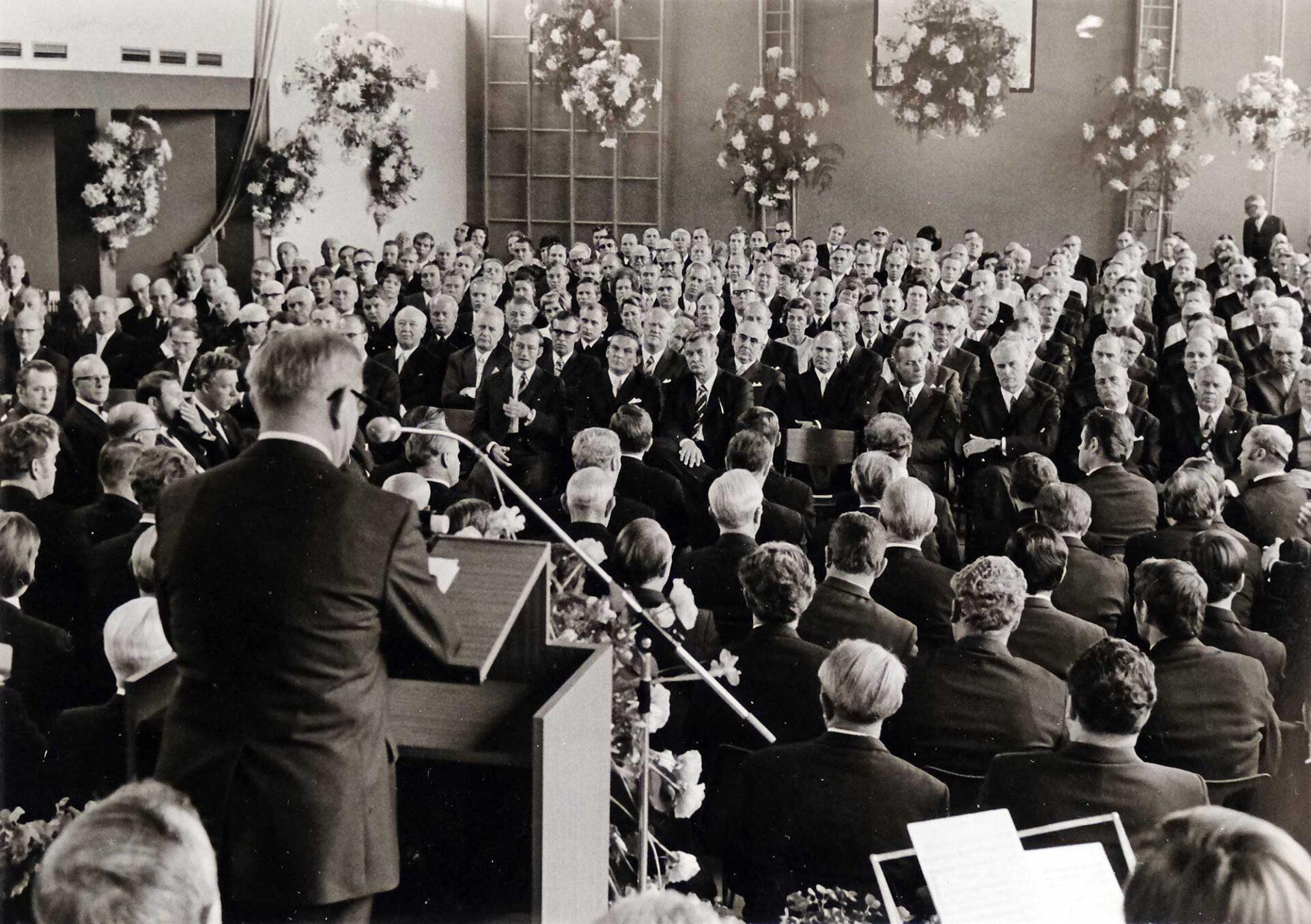 Gebannt folgen die Festgäste den Reden beim Festakt zur Stadtwerdung