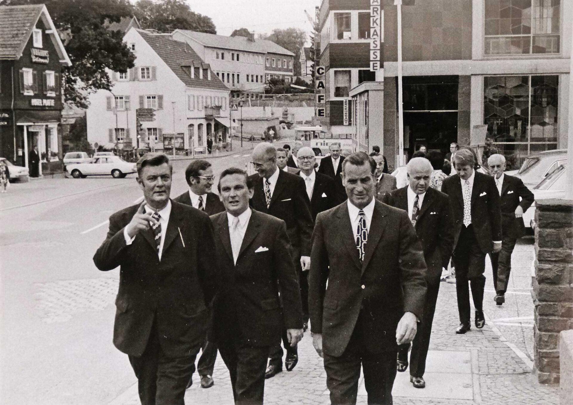Nach dem Festakt zur Stadtwerdung: Einige Herren der Festgesellschaft auf dem Weg zum kalten Bufett im Hotel zur Post