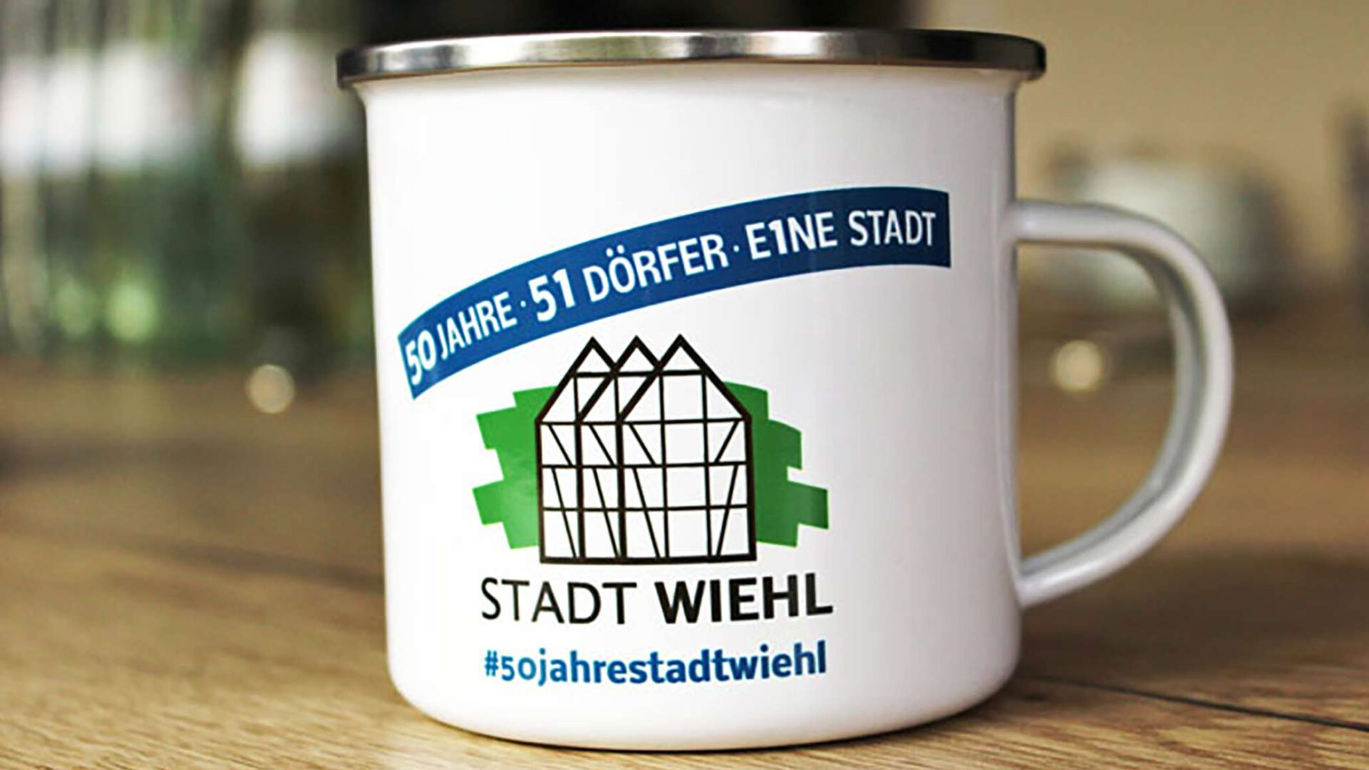 Die Jubiläumstasse zum 50. Stadtgeburtstag ist für fünf Euro bei Wiehlticket erhältlich. Foto: Stadt Wiehl
