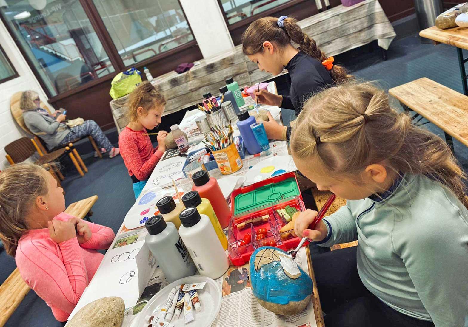 Die Wiehler Eiskunstläuferinnen nutzten die Trainingspausen für ihre kreativen Ideen. Fotos: Gaby Krakau